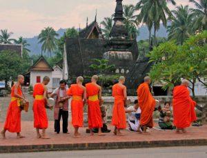 Ceremonia-entrega-limosnas-Luang-Prabang-e1486570482531-300x229 Laos